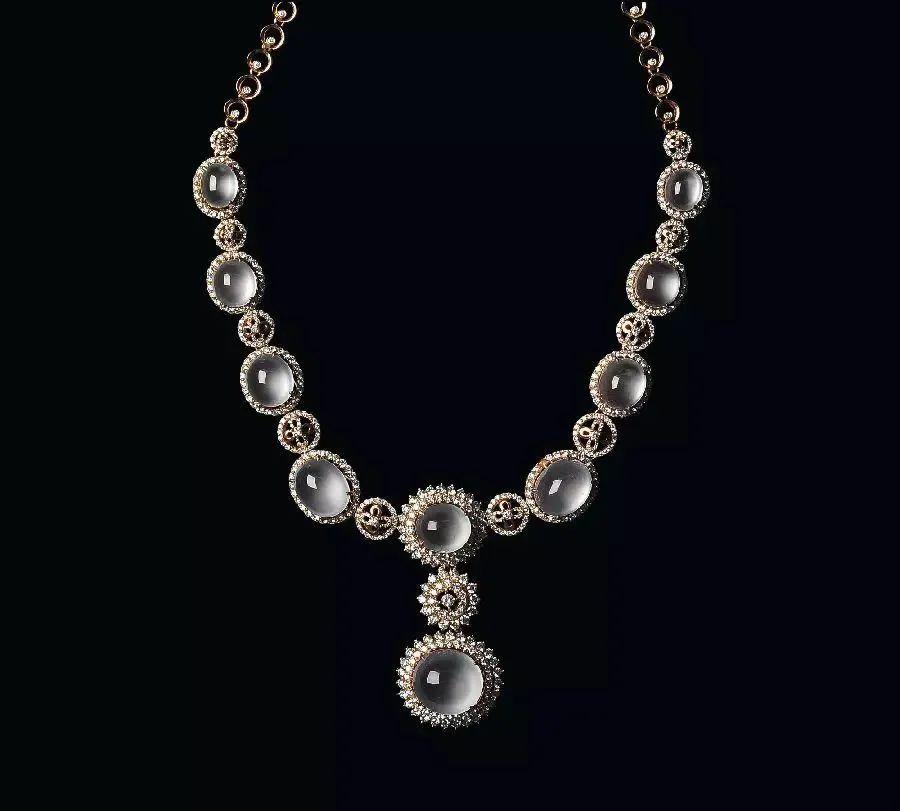 翡翠项链与美丽佳人搭配, 象征着幸福和满足!