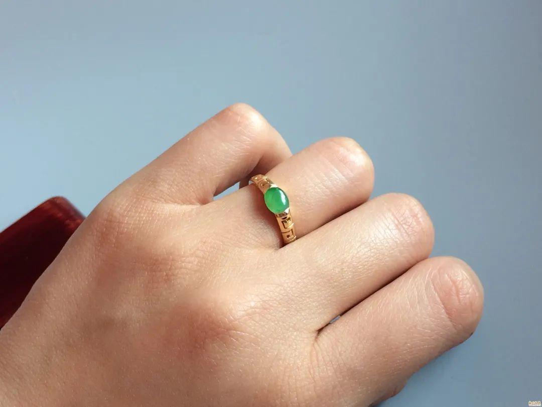 翡翠戒指寓意美好,不同人群如何选购翡翠戒指呢?